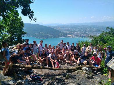 accueil de loisirs -les ados devant le Lac d'Annecy